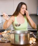 Huisvrouw met het slechte pan ruiken Stock Foto's