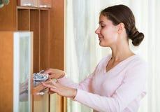 Huisvrouw regelmatig doen maakt in woonkamer schoon stock foto