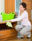 Huisvrouw regelmatig doen maakt in woonkamer schoon stock afbeeldingen