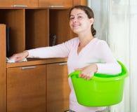 Huisvrouw regelmatig doen maakt in woonkamer schoon royalty-vrije stock fotografie