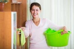 Huisvrouw regelmatig doen maakt in woonkamer schoon royalty-vrije stock afbeeldingen