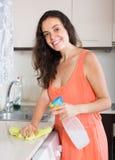 Huisvrouwen schoonmakende keuken royalty-vrije stock fotografie