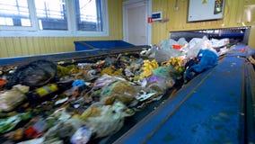 Huisvuil, afval, vuilnistransportband op een afval recyclingsinstallatie stock videobeelden