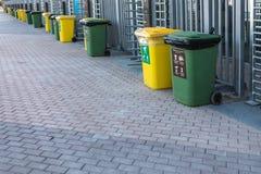 Huisvuil of afvalcontainer op het vierkant dichtbij het stadion stock foto's