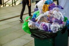 Huisvuil bij de straat en de lege slab Extreme verontreiniging Lege plastic zakken en flessen afval royalty-vrije stock foto's