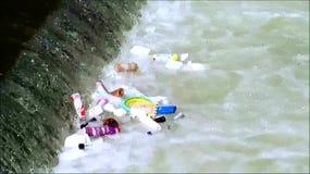 Huisvuil die in de rivier drijven stock video