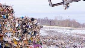 Huisvuil die machine geschikt afval op de stortplaats verzamelen stock footage