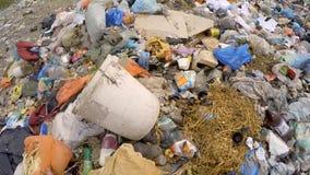Huisvuil en Afval bij Spontane Stortplaats bij Voorsteden stock videobeelden