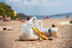 Huisvuil op een strand, het beeld van het milieuvervuilingconcept Stock Fotografie