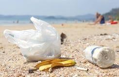 Huisvuil op een strand, het conceptenbeeld van de aardverontreiniging Royalty-vrije Stock Afbeelding