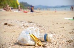 Huisvuil op een strand, het conceptenbeeld van de aardverontreiniging Stock Foto's