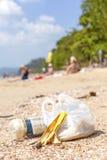 Huisvuil op een strand, het conceptenbeeld van de aardverontreiniging Royalty-vrije Stock Afbeeldingen