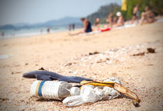 Huisvuil op een strand verlaten door toeristen Stock Afbeeldingen