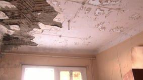Huisvuil in verlaten huisspookstad van Gudym Chukotka van het verre noorden van Rusland stock video