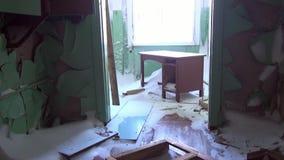 Huisvuil in verlaten huisspookstad van Gudym Chukotka van het verre noorden van Rusland stock videobeelden