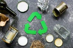 Huisvuil voor recycling met het recycling van symbool op grijze lijst hoogste mening als achtergrond Stock Foto