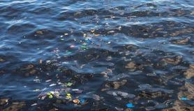 Huisvuil in zeewater Plastic afval in oceaan Ecologisch probleem Stedelijke kustverontreiniging royalty-vrije stock foto's