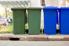 Huisvuilbak in openbaar park Kleurrijke afvalbak wheelie bak voor vuilnis, Openbare afvalachtergrond, royalty-vrije stock afbeelding