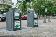 Huisvuilcontainer op de straat in Amsterdam royalty-vrije stock afbeelding