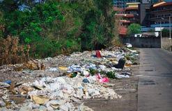 Huisvuilstortplaats op de straten van Pattaya in Thailand stock fotografie
