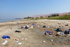 Huisvuilstortplaats op het Overzees van Galilee-kust Kinneret of zoetwater het meerlandschap van Tiberias stock foto's