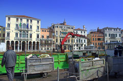 Huisvuilvervoer in Venetië Royalty-vrije Stock Foto