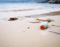 Huisvuilvuilnis bij het Afvalmilieuvervuiling van strand de Plastic Flessen Stock Fotografie