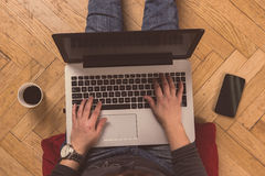 Huiswerkruimte - vrouw die aan zijn laptop werken Stock Foto's
