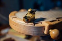 Huisworkshop Een deel van het lichaam van een viool in een speciaal instrument stock afbeeldingen