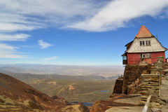 Huiszitting hoog op de rand van rotsachtige klippen Stock Foto