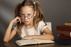 Huit années de fille avec les livres n Image libre de droits