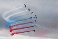 Huit avions avec de la fumée de couleur effectuent pour allumer le clou Images libres de droits