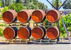 Huit barils de vin sur l'affichage en dehors d'un établissement vinicole Image libre de droits