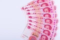 Huit Chinois 100 notes de RMB disposées comme fan d'isolement sur le Ba blanc Images libres de droits