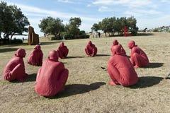 Huit figures dans la sculpture par la mer Photos libres de droits
