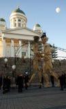 Huit géants en bois grands de mètres la nuit de festival d'arts à Helsinki, Finlande Photo stock