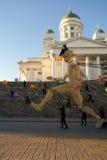 Huit géants en bois grands de mètres la nuit de festival d'arts à Helsinki, Finlande Images libres de droits