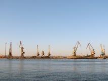 Huit grues de port au travail Photos libres de droits