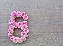 8, huit - nombre de cru de roses roses sur le fond du bois foncé photographie stock
