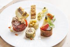 Huit petits rouleaux de différents légumes et produits, bourrés photographie stock libre de droits