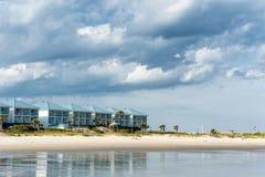 Huizen bij de kust van de Atlantische Oceaan Stock Foto's