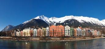 Huizen bij de Rivieroever van de Herberg, Innsbruck, Oostenrijk Stock Foto