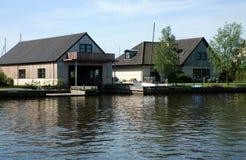 Huizen bij kanaal - Friesland Stock Afbeelding