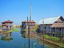 Huizen bij Meer Inle, Myanmar Stock Afbeelding