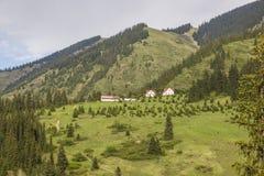 Huizen in de bergen, Kolsay, Kazachstan Stock Fotografie
