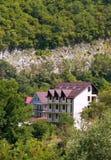 Huizen in de groene bergen Stock Afbeeldingen