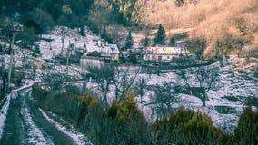 Huizen in de heuvels Stock Afbeeldingen