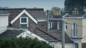 Huizen in de regen op stormachtige dag stock footage