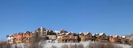 Huizen in de stad en flatgebouwen met koopflats in de wintersneeuw royalty-vrije stock afbeeldingen