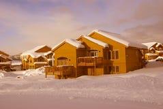 Huizen in de stad na zware sneeuwstorm Royalty-vrije Stock Afbeeldingen